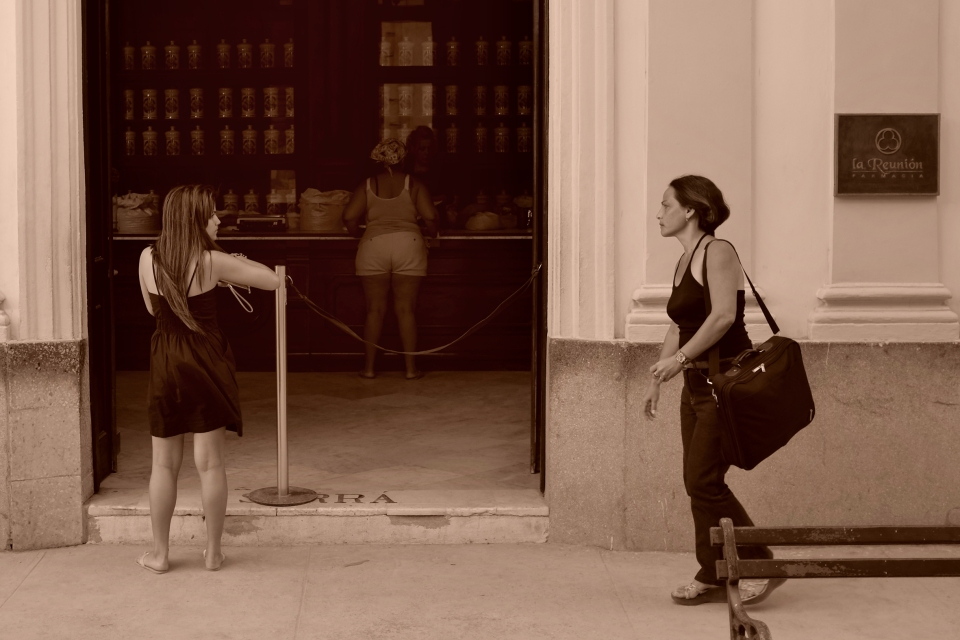 Yann-Deshoulieres-Cuba-La-Havane-Drugstore